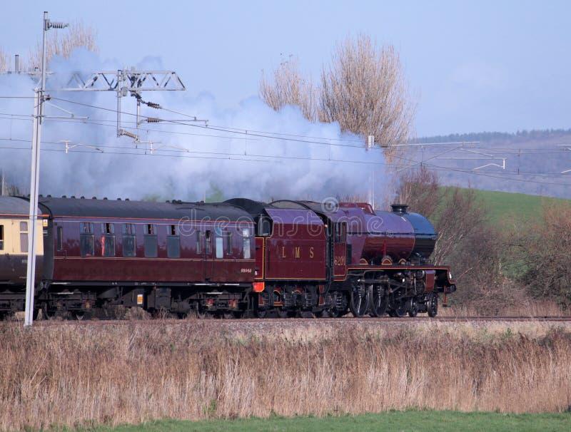 Locomotiva de vapor preservada na linha principal da costa oeste imagens de stock