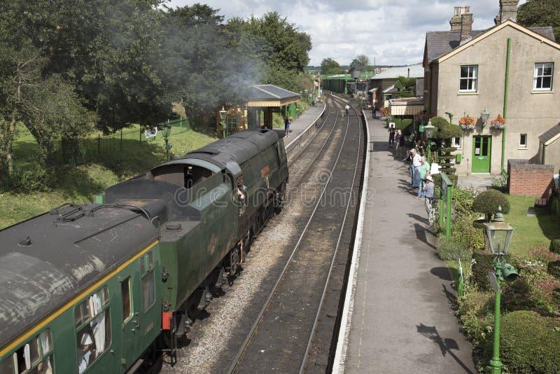 Locomotiva de vapor que puxa transportes na estação fotos de stock