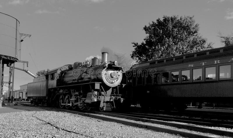 Locomotiva de vapor que toma na água imagens de stock