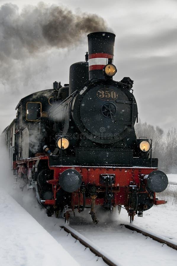 Locomotiva de vapor velha na neve imagens de stock