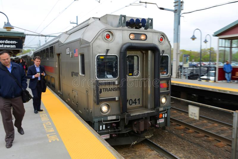 Locomotiva do trânsito de NJ na estação de Aberdeen, New-jersey imagens de stock royalty free