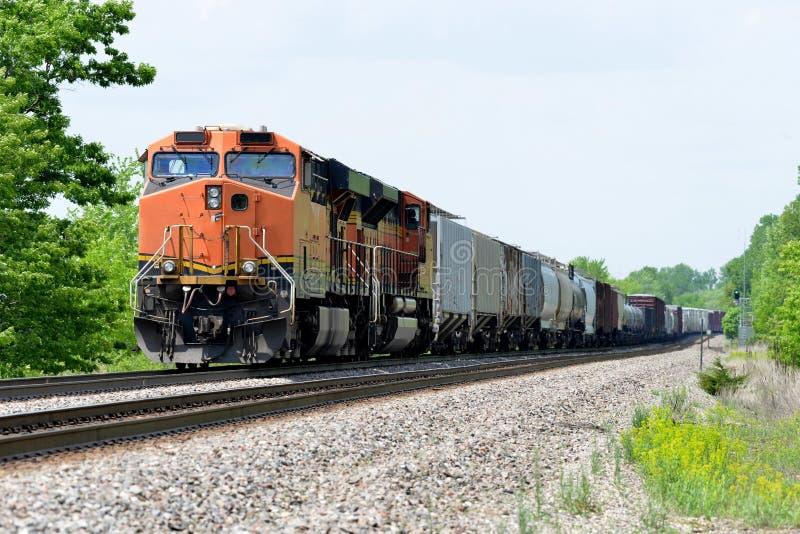Locomotiva do trem de mercadorias com frete imagens de stock royalty free