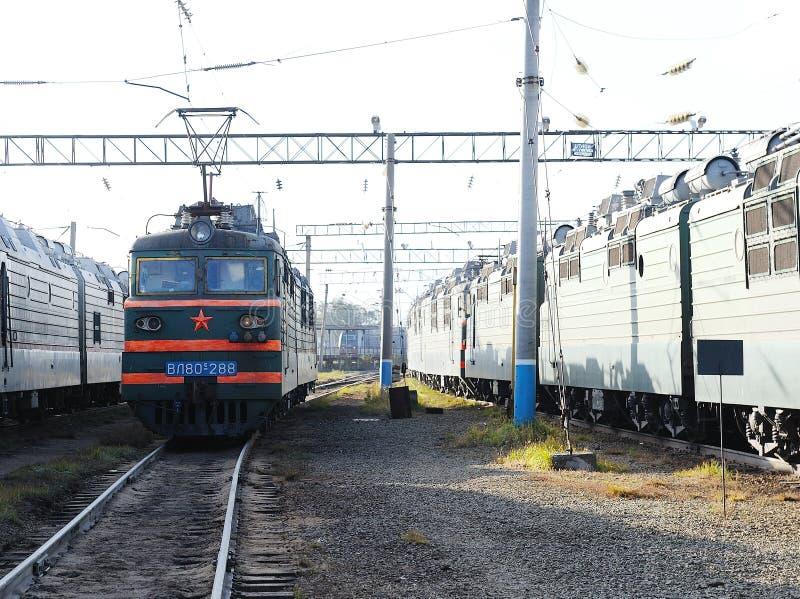 Locomotiva elétrica no depósito da estrada de ferro imagens de stock