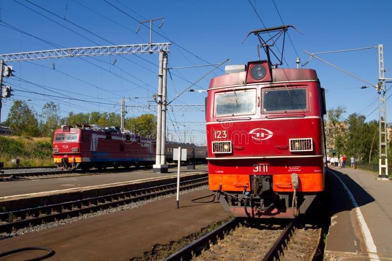 Locomotiva elettrica che sta sulla stazione ferroviaria immagini stock libere da diritti
