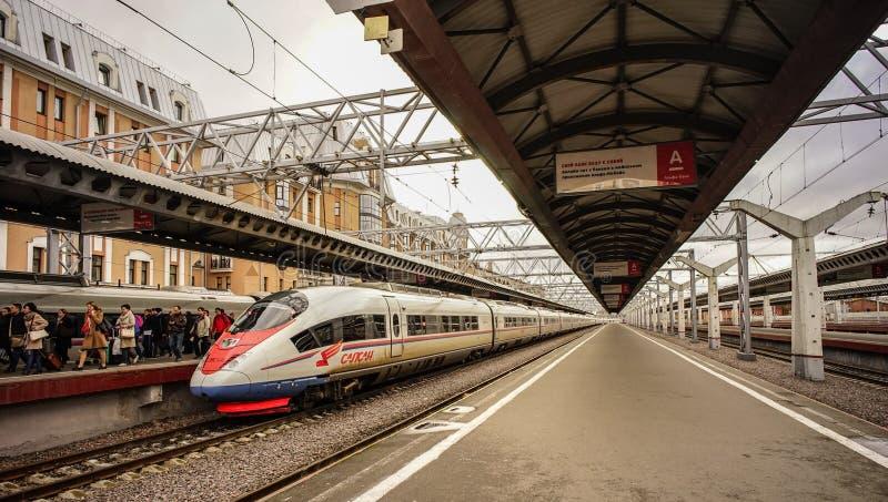 Locomotiva elettrica ibrida moderna Sapsan fotografia stock