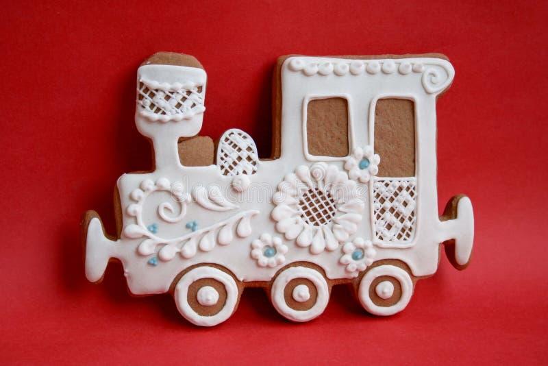 Locomotiva feita do pão-de-espécie com crosta de gelo em um fundo colorido ilustração royalty free
