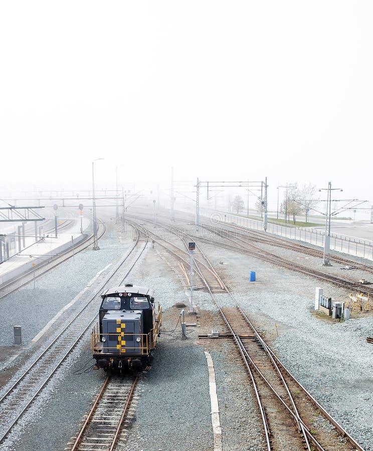 Locomotiva ferroviária no nevoeiro fotos de stock