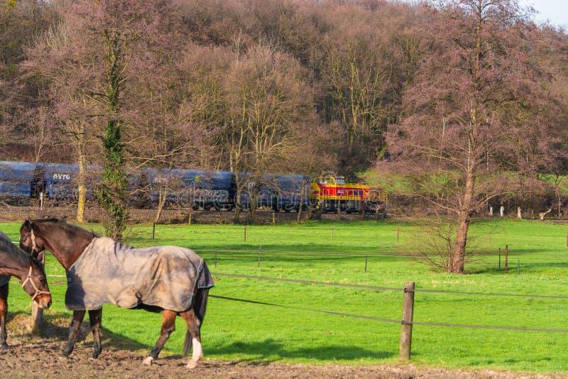 Locomotiva no cruzamento de estrada de ferro em Ratingen imagens de stock royalty free