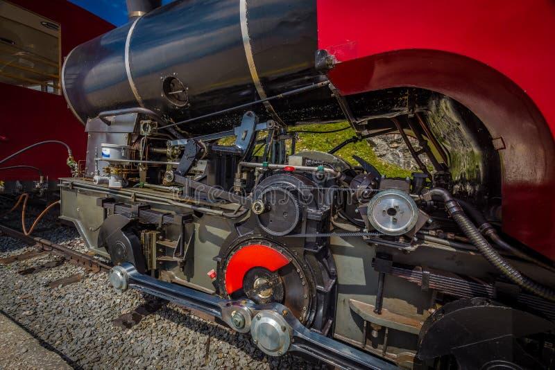 Locomotiva storica del vapore rosso che aspetta nella stazione di Schafbergspitze in Austria immagine stock