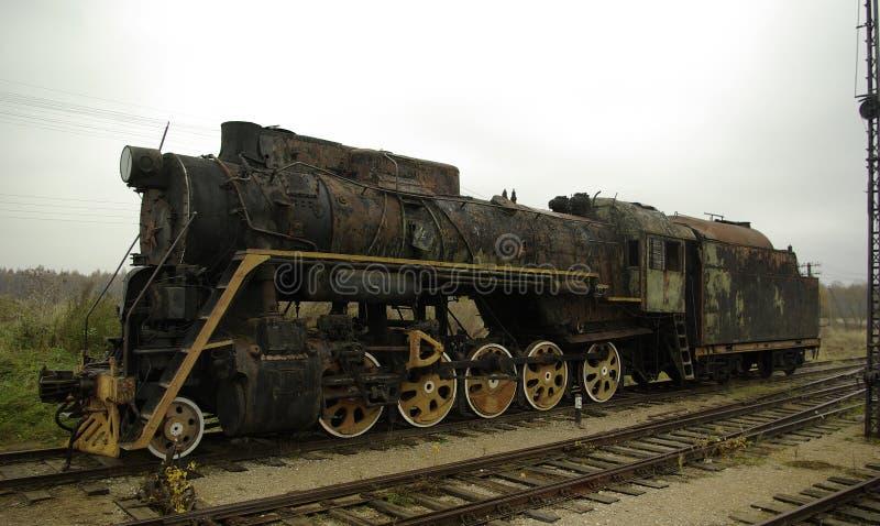Locomotiva velha e arruinada na estrada de ferro velha fotos de stock royalty free