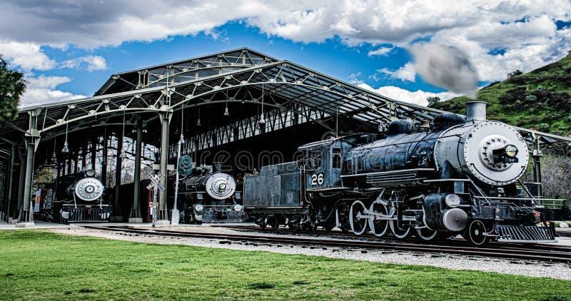 Locomotivas clássicas que esperam o embarque por passageiros e por visitantes ao depósito de trem fotografia de stock