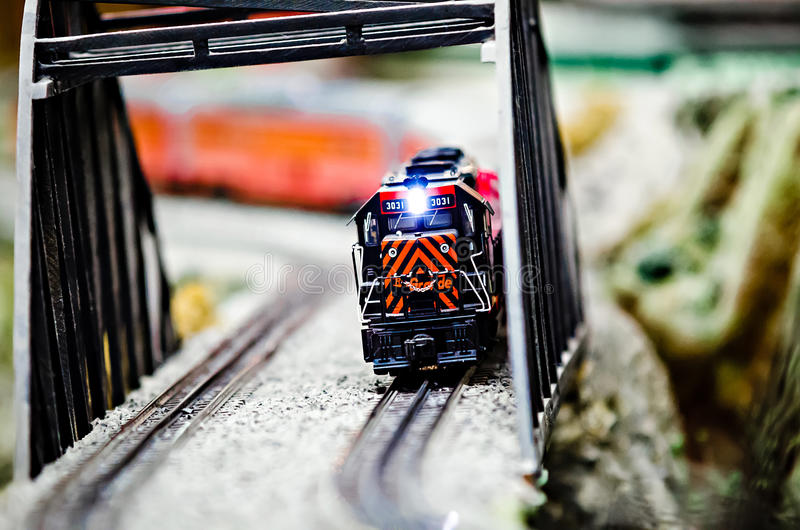 Locomotivas diminutas do trem do modelo do brinquedo na exposição fotos de stock