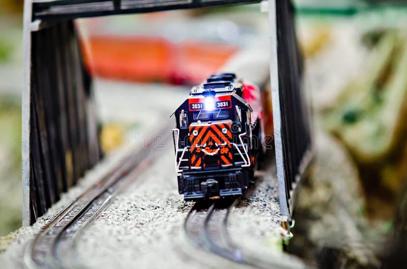 Locomotivas diminutas do trem do modelo do brinquedo na exposição fotografia de stock