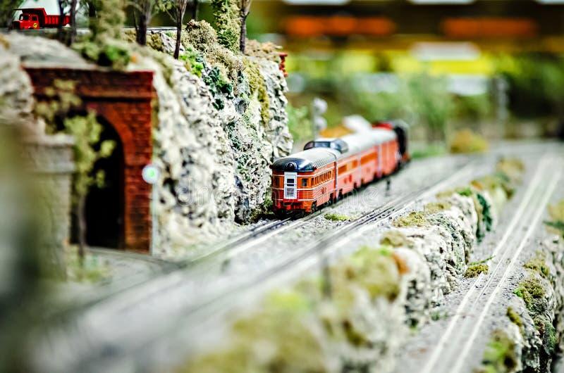 Locomotivas diminutas do trem do modelo do brinquedo na exposição imagens de stock royalty free