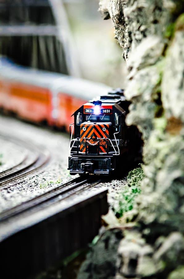 Locomotivas diminutas do trem do modelo do brinquedo na exposição imagem de stock