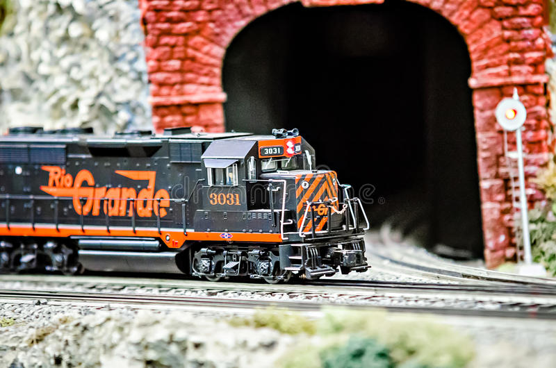 Locomotivas diminutas do trem do modelo do brinquedo na exposição fotografia de stock royalty free