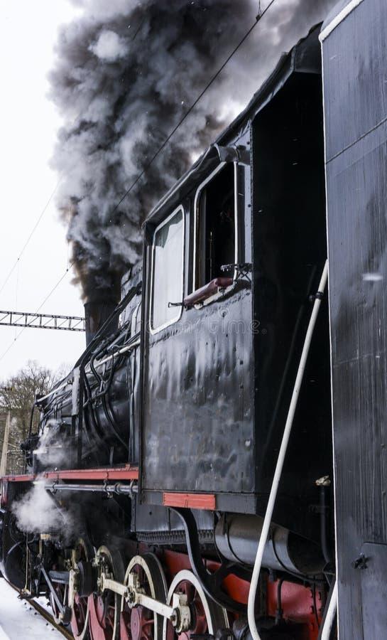 Locomotive à vapeur avec de la fumée noire photo stock