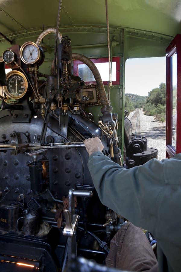 Locomotive à vapeur d'Operatin d'ingénieur photographie stock