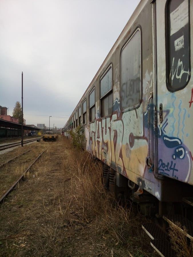 Locomotive à vapeur devant la vieille gare ferroviaire photo stock