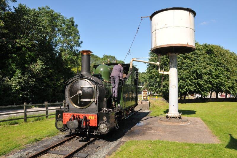 Locomotive à vapeur ferroviaire légère de Welshpool et de Llanfair prenant l'eau chez Welshpool Raven Square Station photographie stock