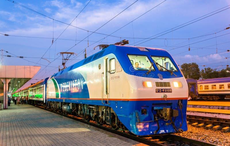 Locomotive électrique de construction chinoise moderne à la gare ferroviaire de Tashkent photos stock
