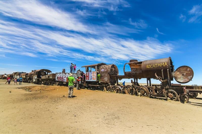 Locomotive britanniche abbandonate al cimitero antico del treno a Salar de Uyuni fotografia stock