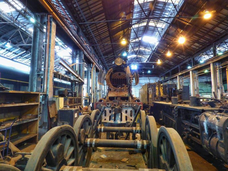 Locomotive a vapore di combustione in fase di restauro fotografia stock libera da diritti