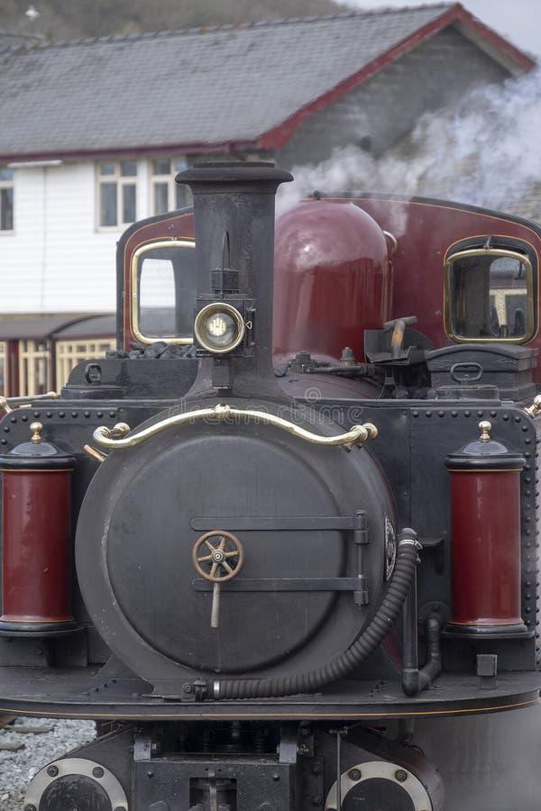 Locomotora de vapor del indicador estrecho en la estación en el porthmadog fotos de archivo