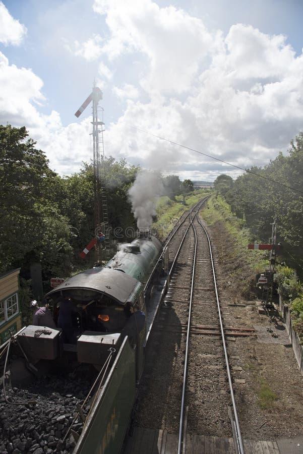 Locomotora de vapor en campo inglés fotos de archivo