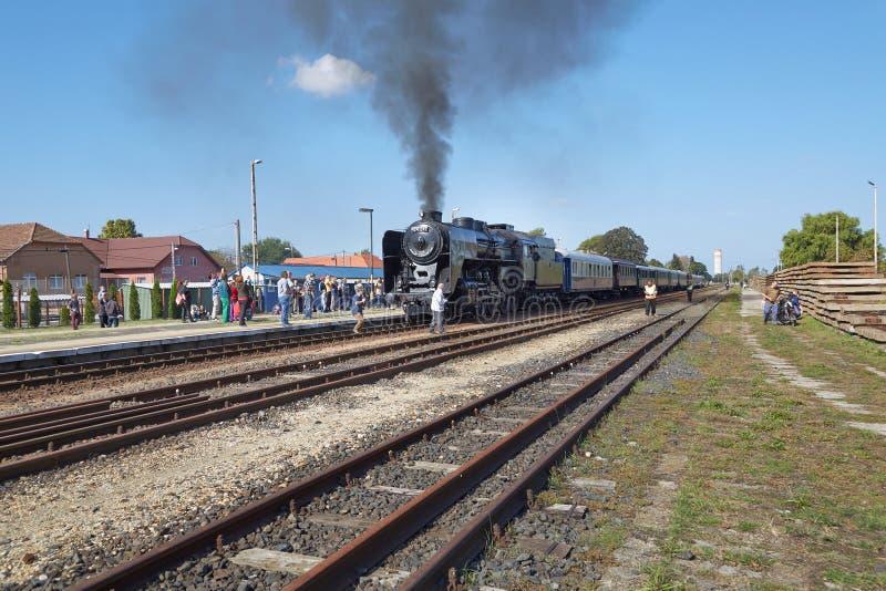 Locomotora de vapor en la estación imagen de archivo
