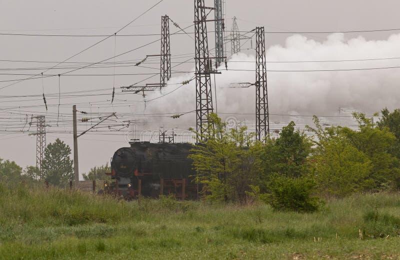 Locomotora de vapor histórica con los carros del pasajero en vías fotos de archivo