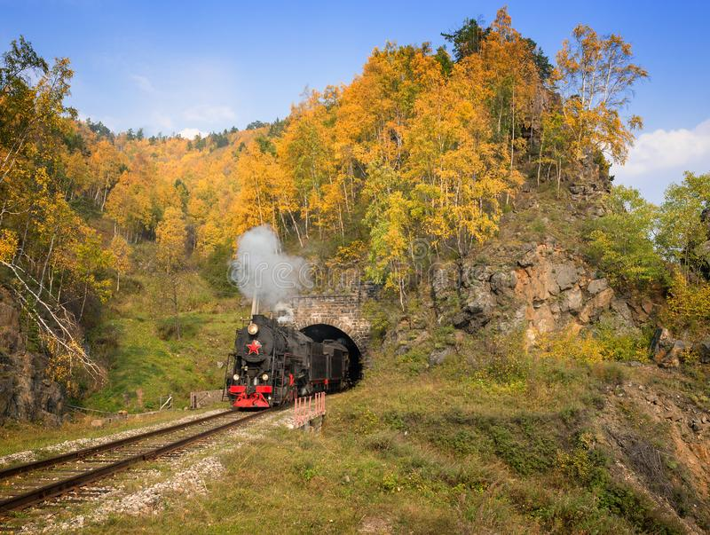 Locomotora de vapor vieja en el ferrocarril de Circum-Baikal foto de archivo