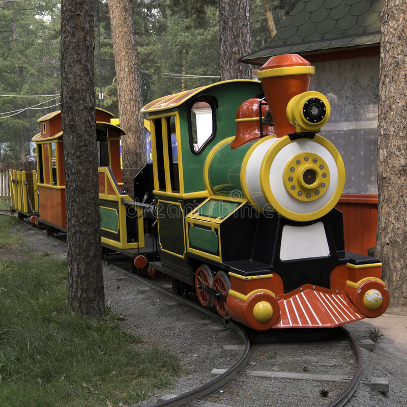 Locomotora del vapor modelo de los niños del parque de atracciones fotografía de archivo libre de regalías