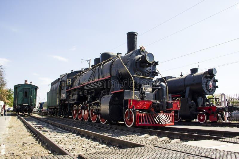 Locomotora Ea-3510 y locomotora TE - 322 en el museo de la historia el Cáucaso del norte ferroviario fotos de archivo