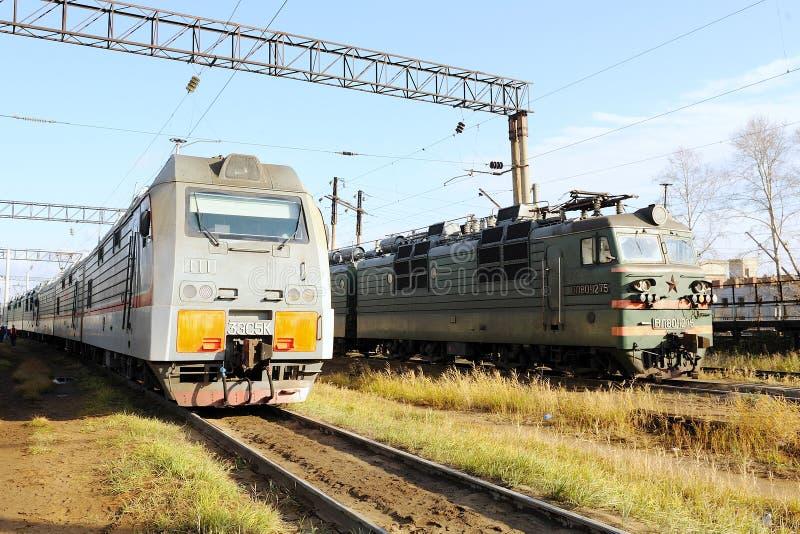 Locomotora eléctrica en el depósito ferroviario foto de archivo libre de regalías