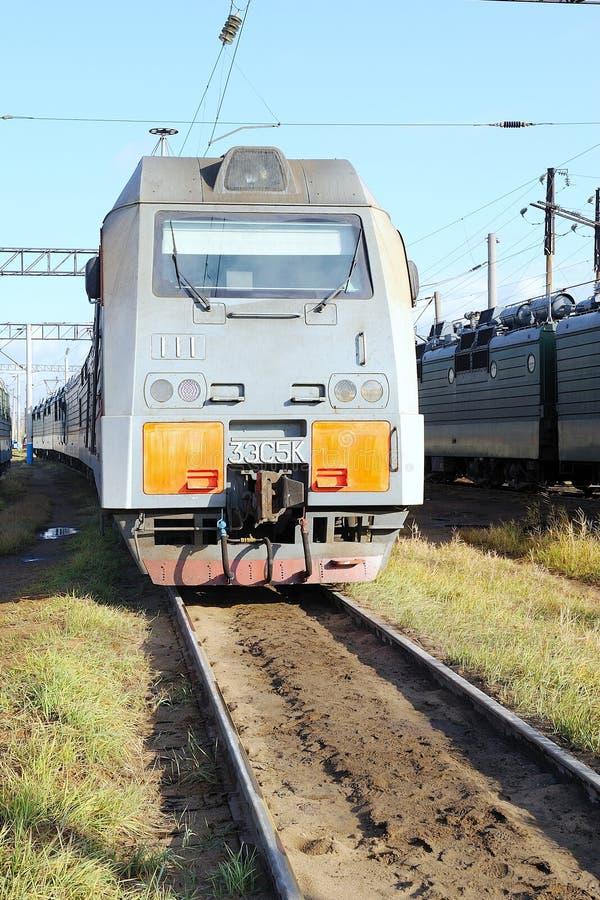 Locomotora eléctrica en el depósito ferroviario fotos de archivo