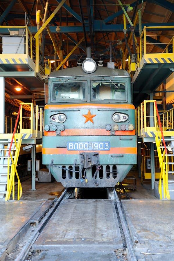 Locomotora en el depósito ferroviario imágenes de archivo libres de regalías