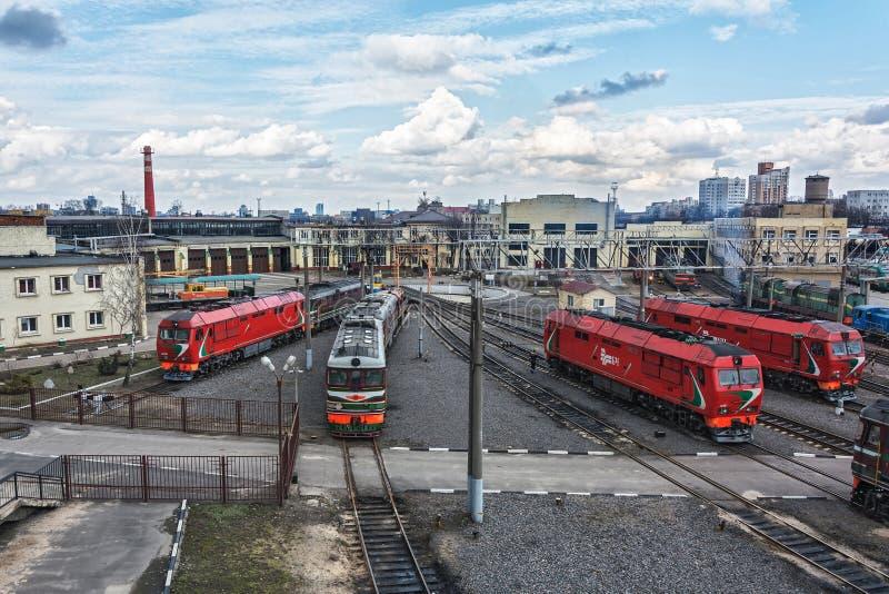 Locomotoras diesel en el depósito locomotor del ferrocarril imagen de archivo libre de regalías