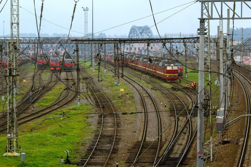 Locomotoras RZD en las vías de ferrocarril, ferrocarriles rusos fotos de archivo