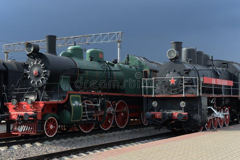 Locomotoras soviéticas viejas en el museo de la historia del transporte ferroviario en la estación de Riga en Moscú fotografía de archivo libre de regalías