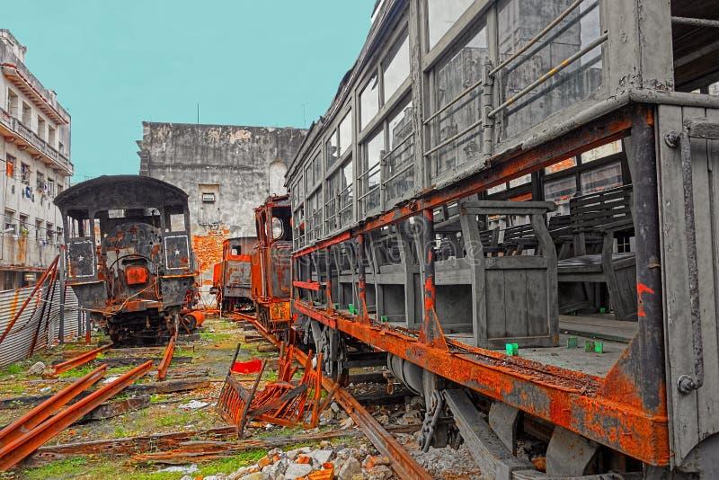 Locomotoras y carros viejos oxidados del tren en yarda en La Habana, Cuba fotografía de archivo