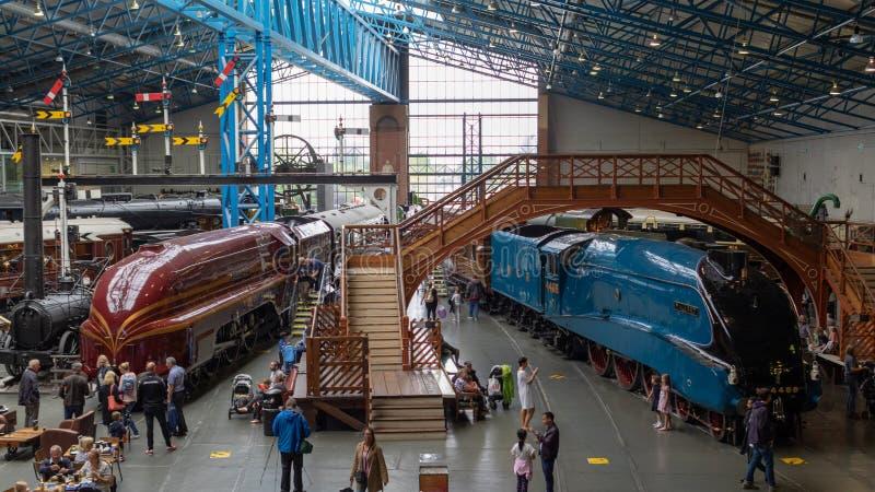 Locomotoras y coches históricos de vapor en el museo ferroviario nacional, York foto de archivo libre de regalías