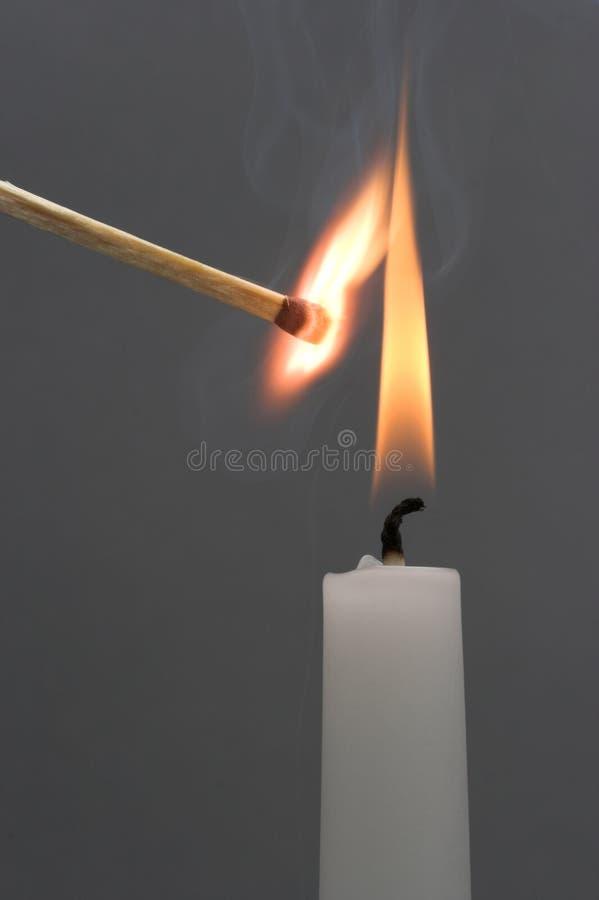 Lodernde Kerze lizenzfreie stockfotografie