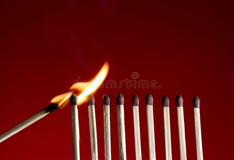 Lodernder Matchstick stockfotos