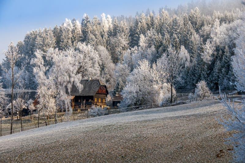 Lodge in einer alpinen Region, bedeckt mit Hoar Frost, Rime lizenzfreie stockfotografie