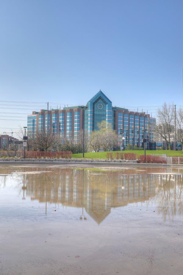Lodlinje av Hilton Hotel och den reflekterande pölen i Markham, Kanada royaltyfri fotografi