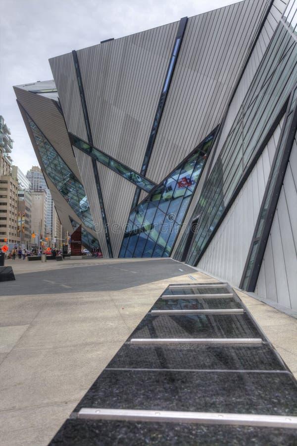 Lodlinje av kristallen på det kungliga Ontario museet, Toronto arkivfoton