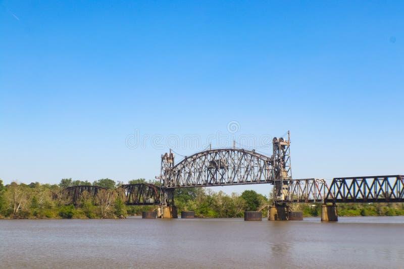 Lodlinje-elevator till och med bråckbandbron över Arkansaset River på den Arkansas & Missouri järnvägen mellan Fort Smith och Van royaltyfria bilder