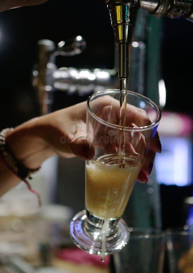 Lodlinje för öl för tryck för servitrisportion kall arkivfoto