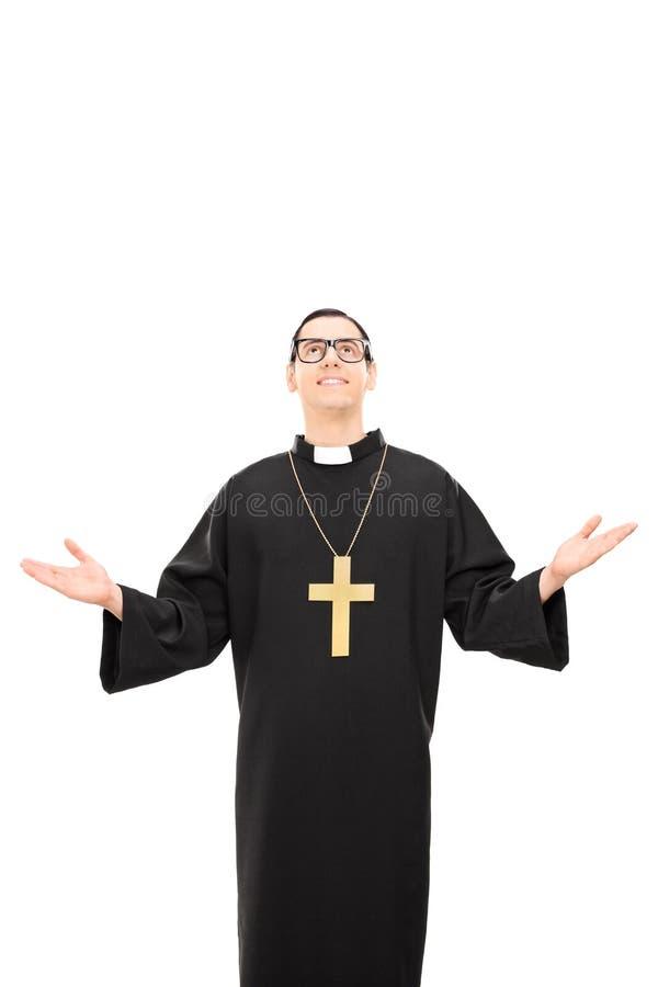 Lodlinjen sköt av en ung katolsk präst som ser upp royaltyfria foton